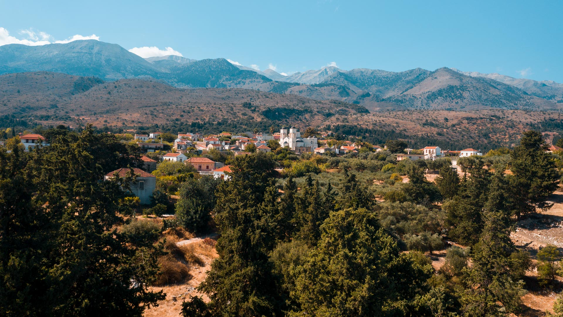 Built on the foothills of the White Mountains, at an altitude of 220m, Fres is surrounded by olives groves and vineyards