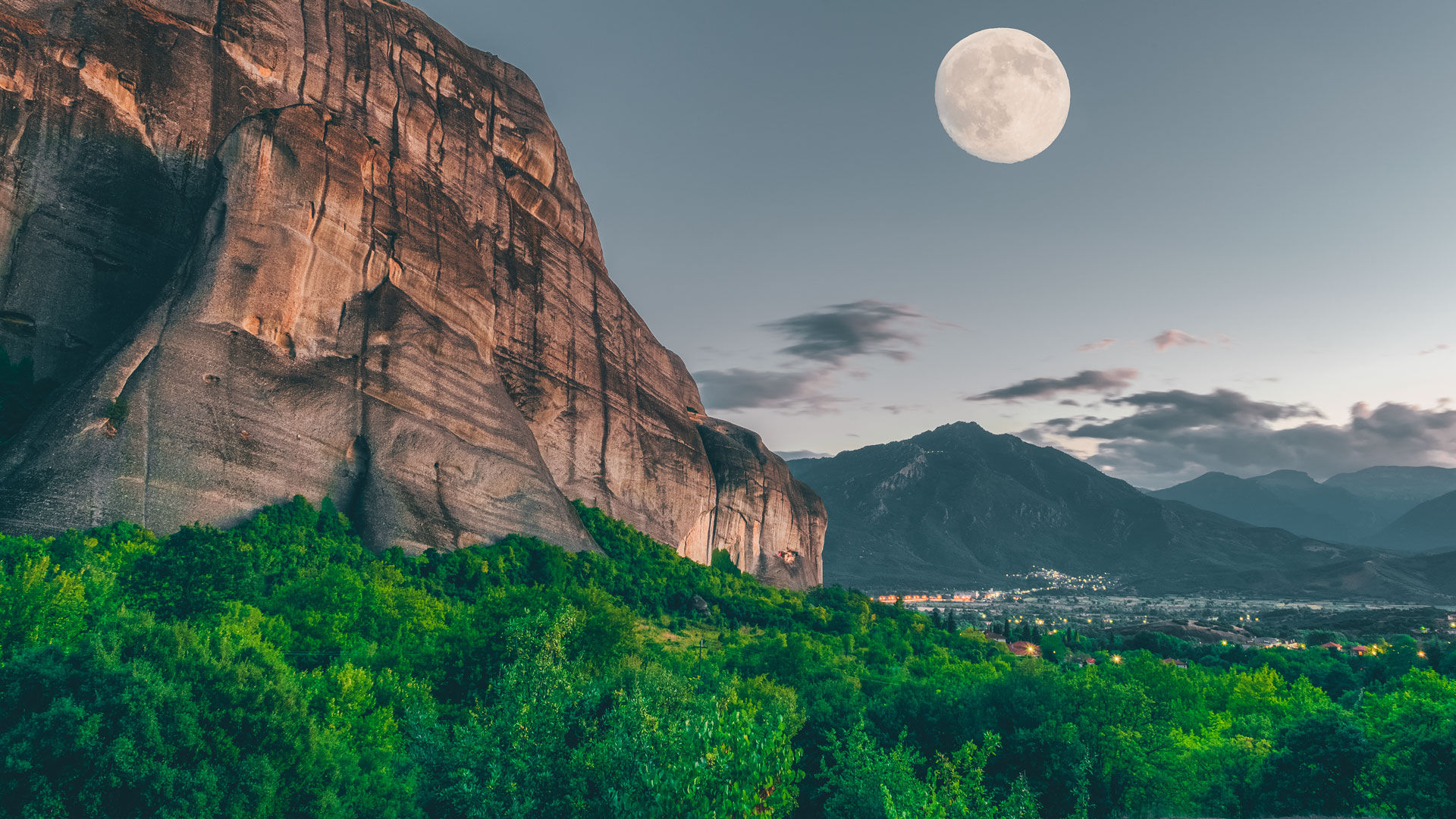 The world-famous Meteora only know how to do epic, especially on full moon days!