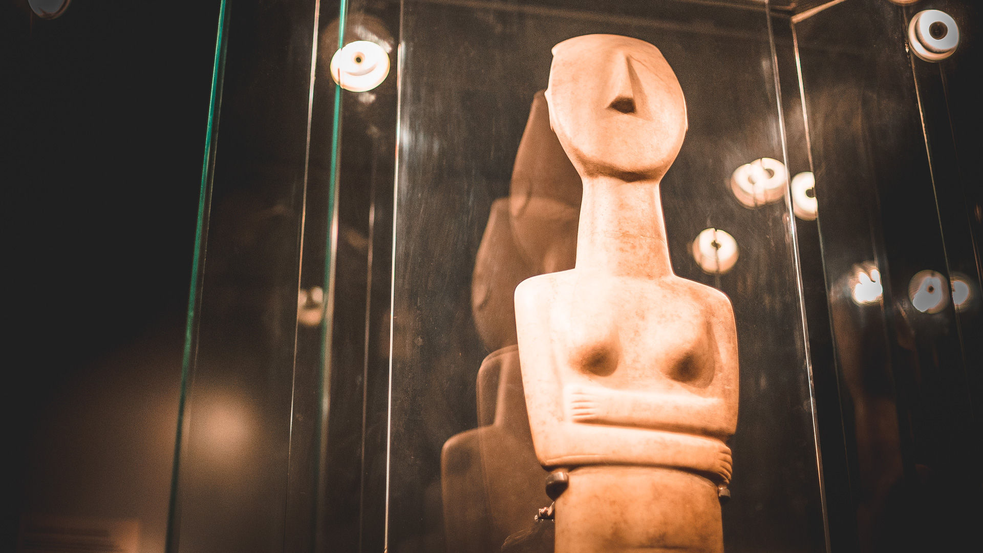 The Early Cycladic Period gave us the famous figurines of men and woman, and sometimes just faces, notable for the beauty of their lines and luminosity of the marble