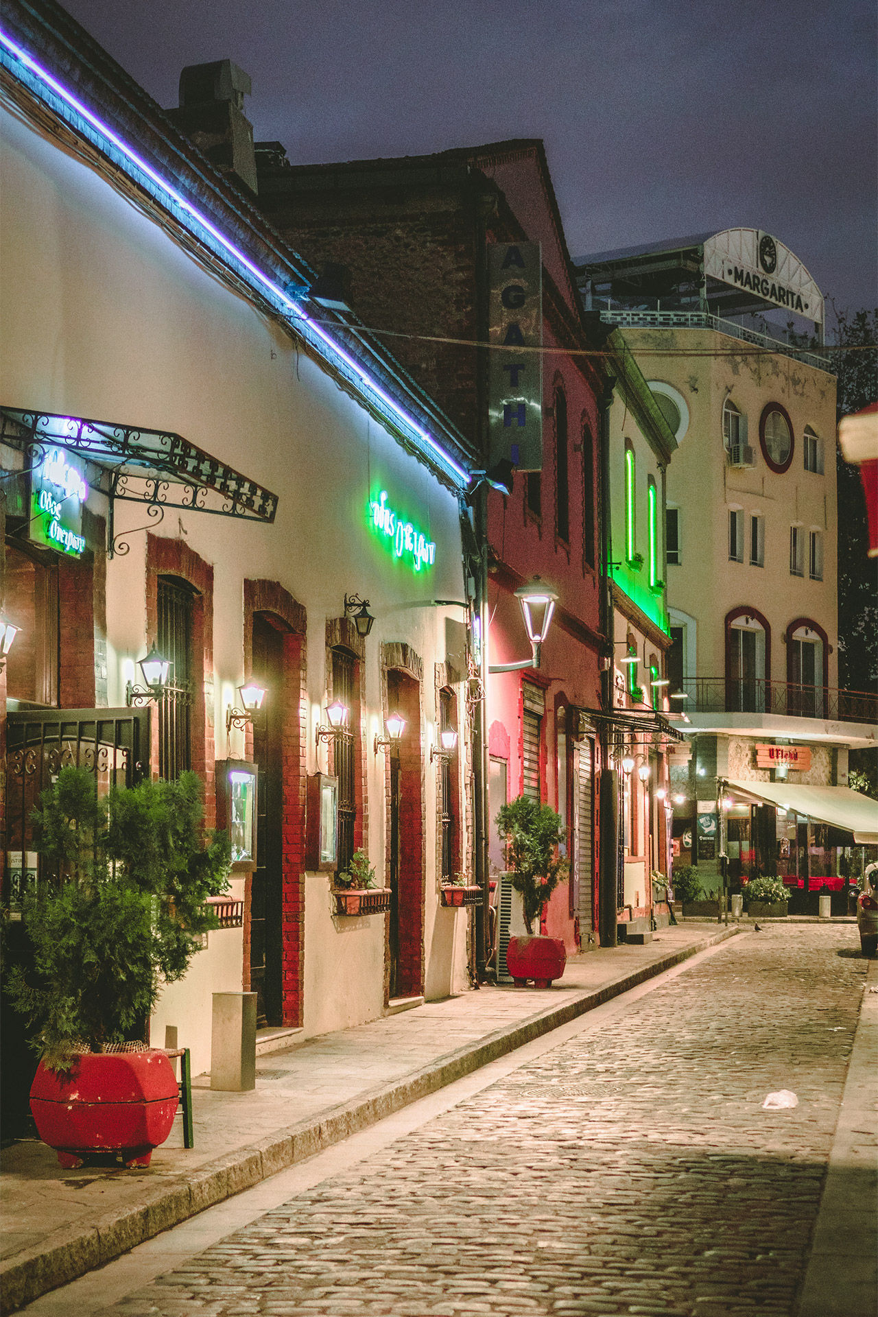 Around Aigyptou Street (Ladadika) you can find tavernas, bistros, pubs, wine bars and even nightclubs