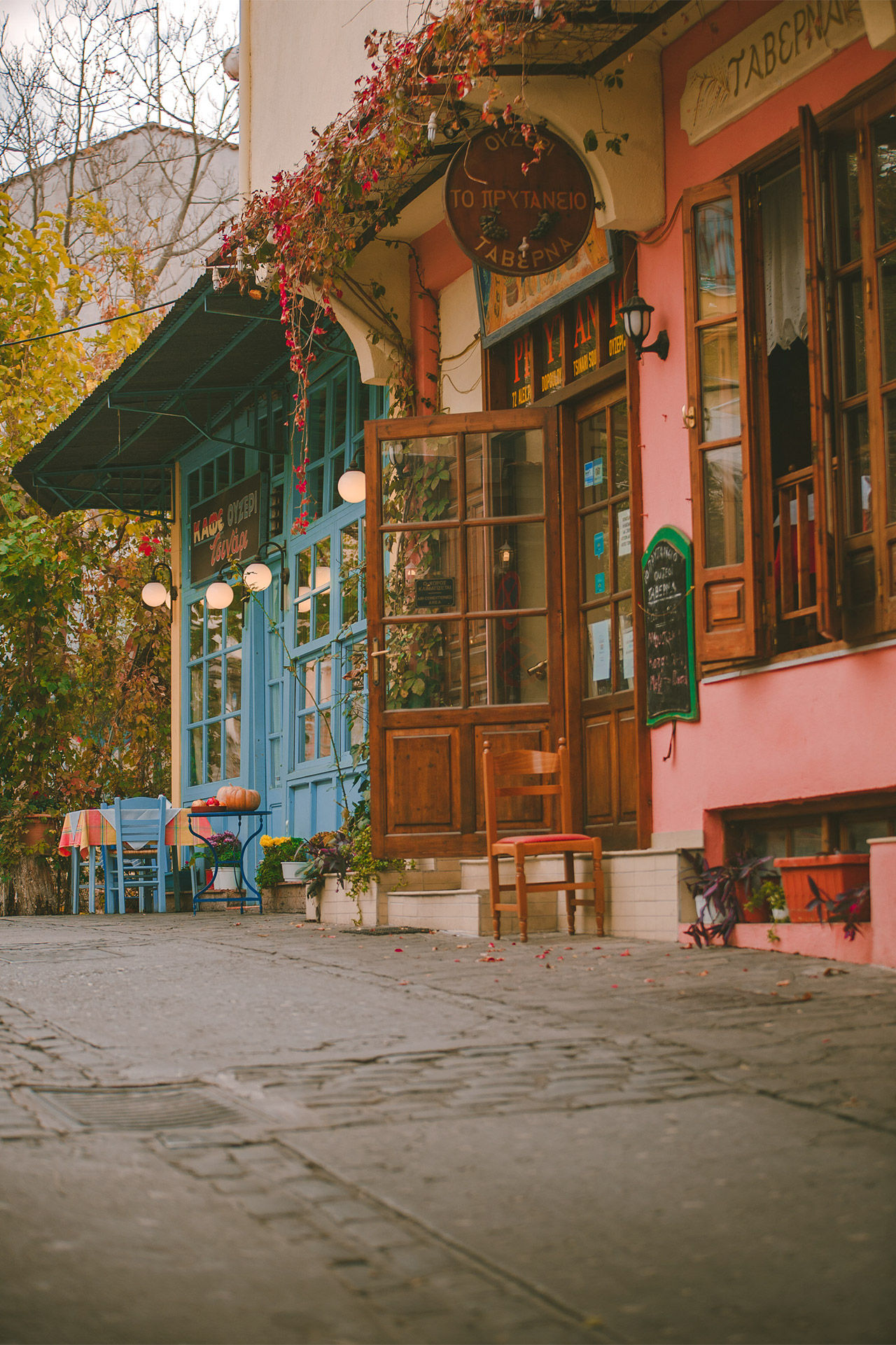 Taste all the delicacies in the traditional cafes and tavernas of the Tsinari neighbourhood