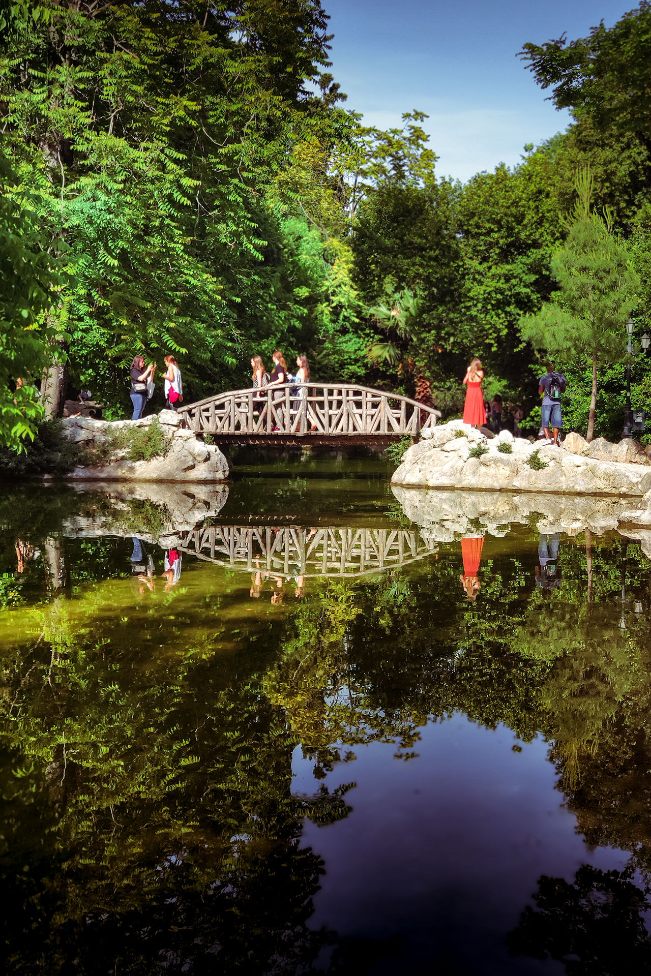 In the National Garden you will find ponds and wooden bridges
