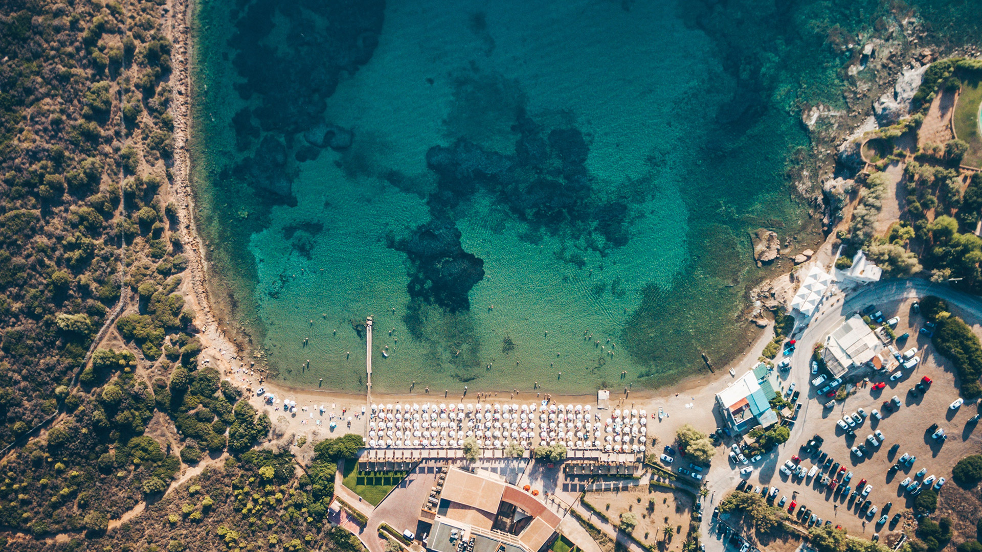 The beach at Sounion is well-organised, with facilities such as umbrellas and sunbeds, a beach bar and showers that make it perfect for families