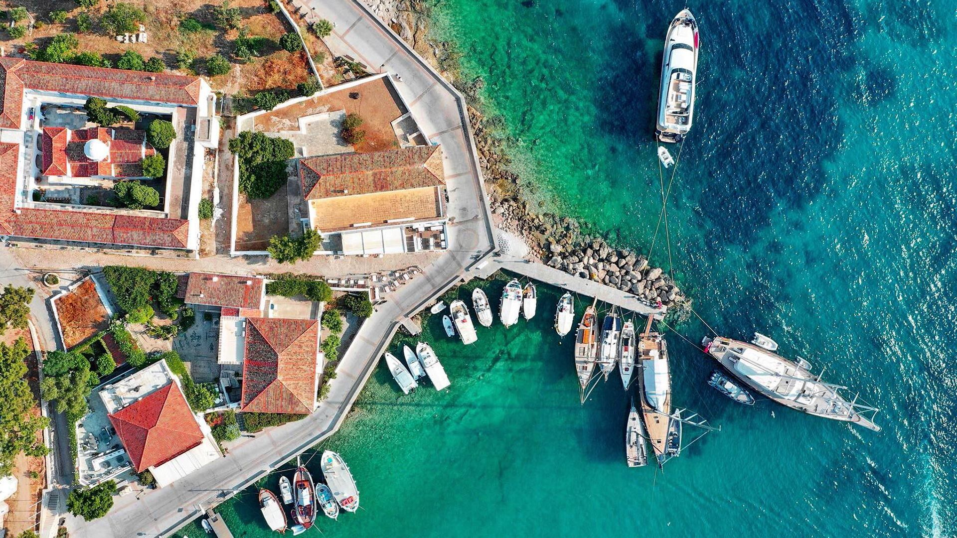 Sailing boats in Spetses from above