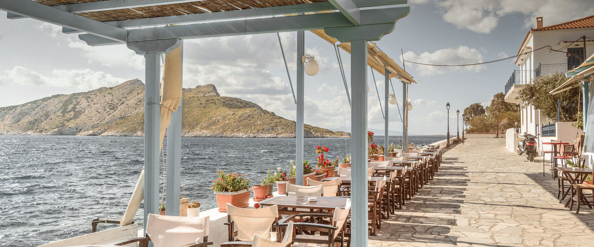 In Aegina you will find plenty of cafes and tavernas by the sea
