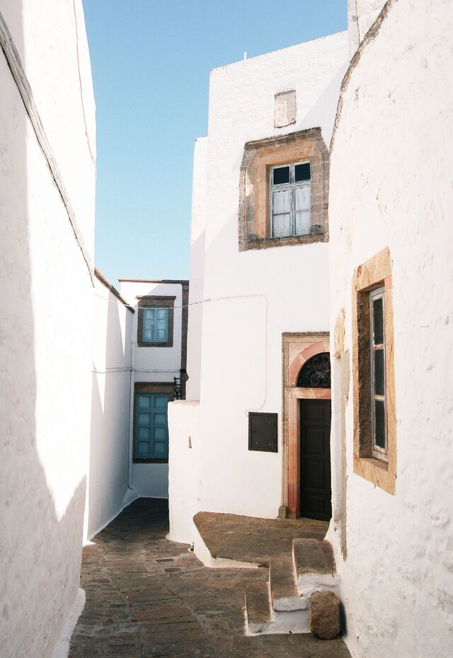 The labyrinthine streets of Hora with its impressive aristocratic homes
