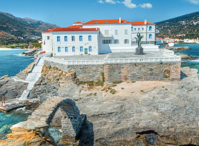 If you walk into the oldest part of town, you'll come to a square, occupied by a single monument to the Unknown Sailor