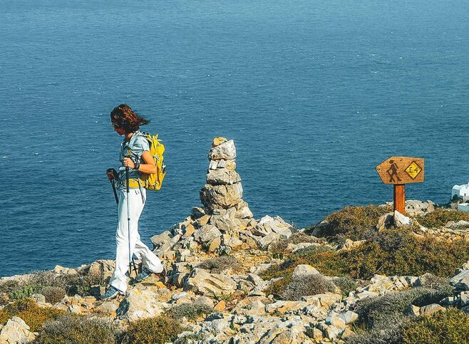 With clifftop views to the sea, the hiking paths of Folegandros are the ideal way to discover a deeply authentic island in the Cyclades-Folegandros