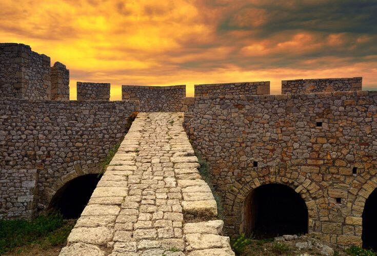Located on a hill west of Pylos, Neokastro is one of the best-preserved castles in Greece